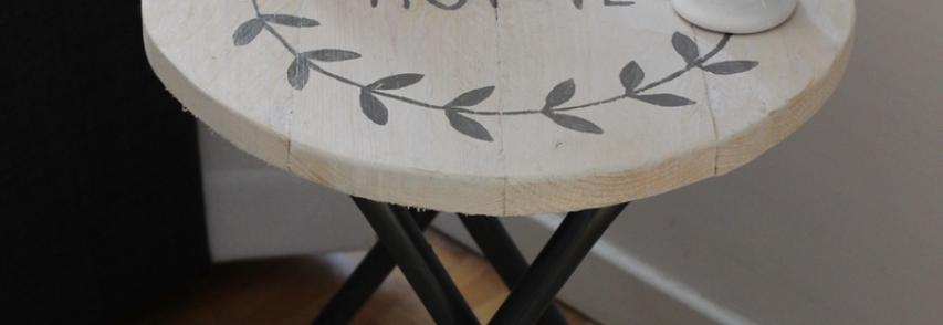 Tabouret transformé en table d'appoint
